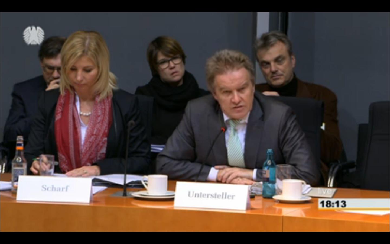 Frau Ministerin Scharf / Kommissions Mitglied endlich mal von der Kamera erfasst ...